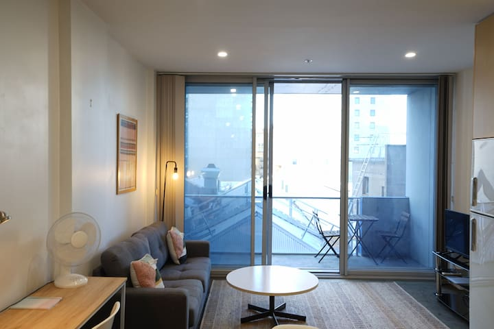 Queen glass room in shared CBD Apt-near Rundle St