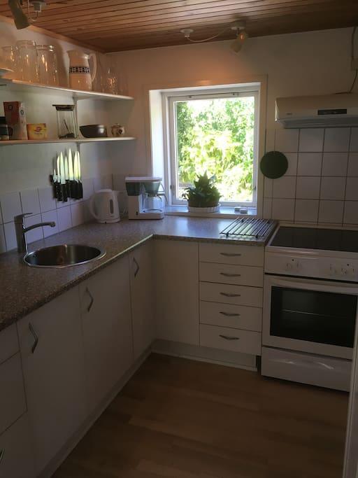 Køkken med komfur/ovn, køleskab, elkedel  kaffemaskine m.v.