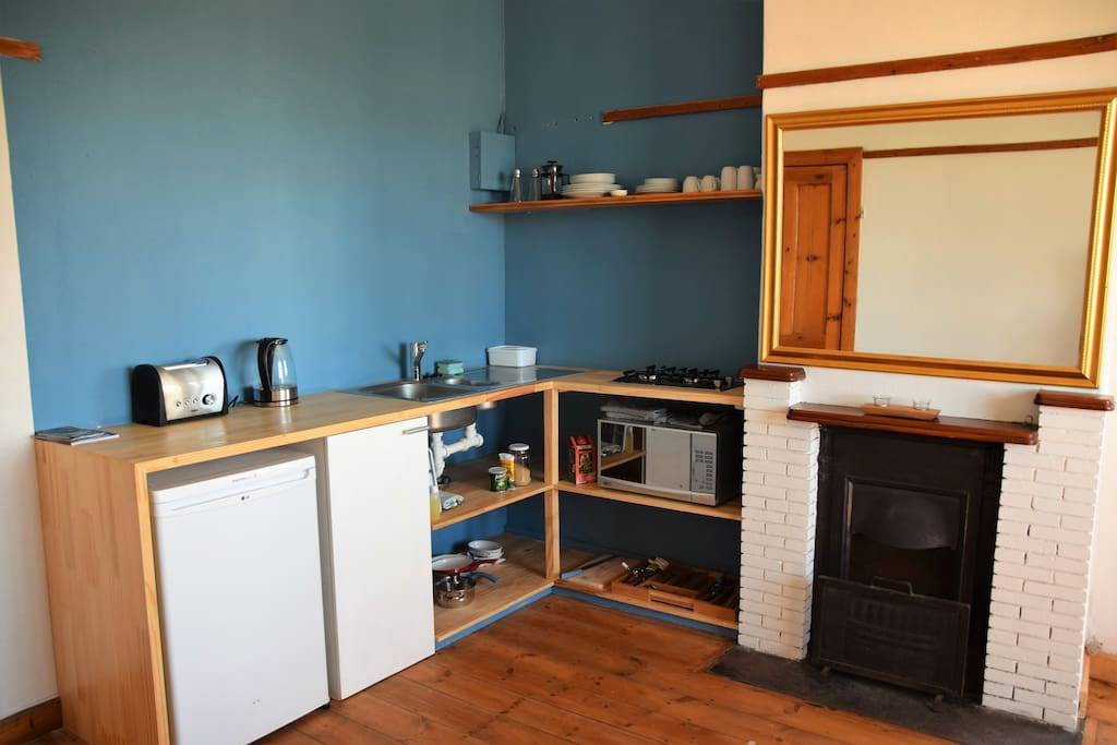Kitchenette incl gas plates, microwave, fridge, toaster...