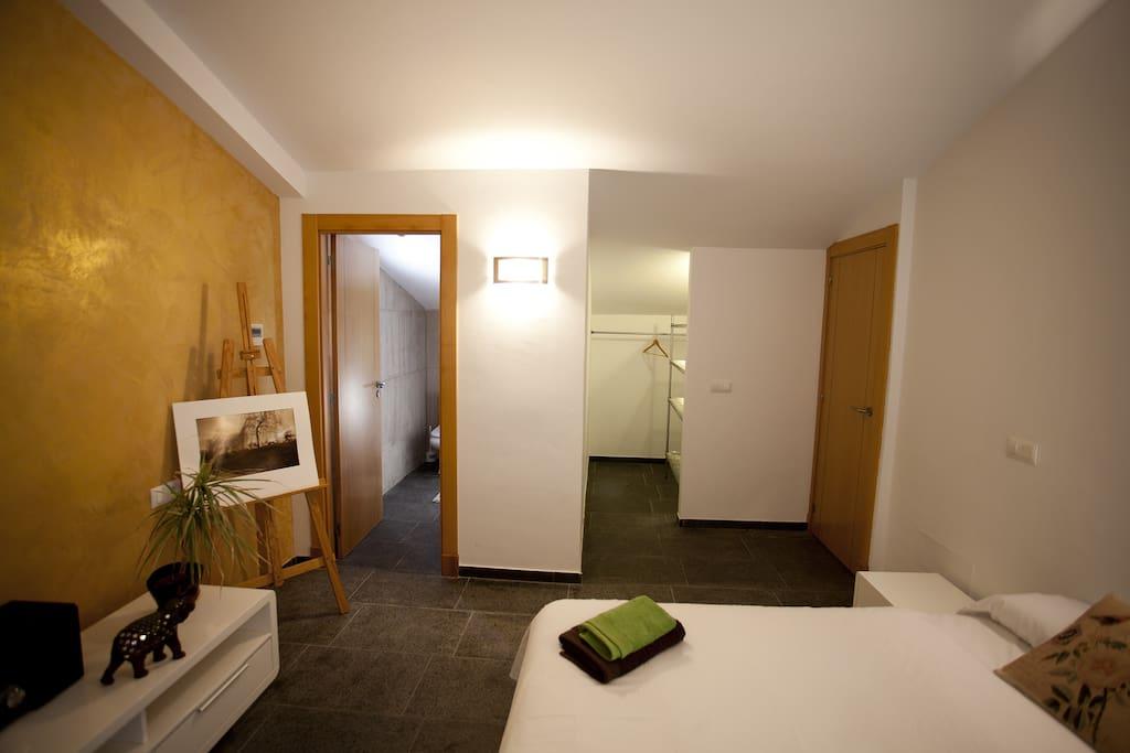 Habitación con baño y vestidor