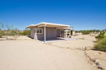 Secluded Joshua Tree Desert Retreat - Twentynine Palms - Cabane