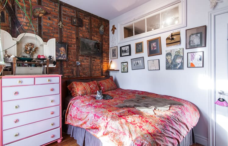 Adorable One Bedroom Apartment w/ Balcony & Cats! - Brooklyn - Apartment
