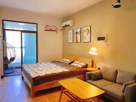 (歆颜公寓)1.8米3D乳胶床垫,阳台吊椅/投影,地铁口在楼下。