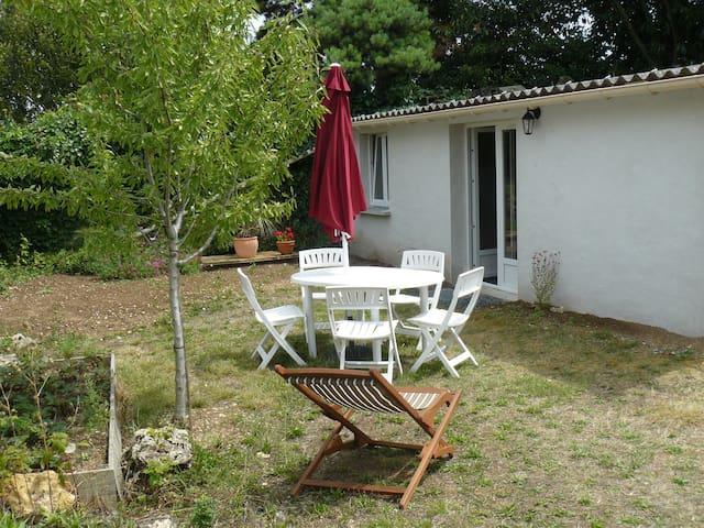 Petite maison au fond d'un jardin - Tonnay-Charente - บ้าน