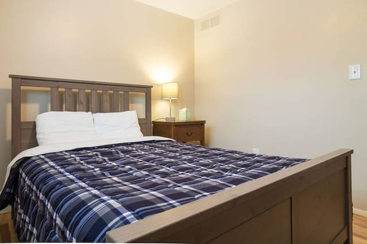 ★ Clean and Modern - Full Bed at the Inca House!