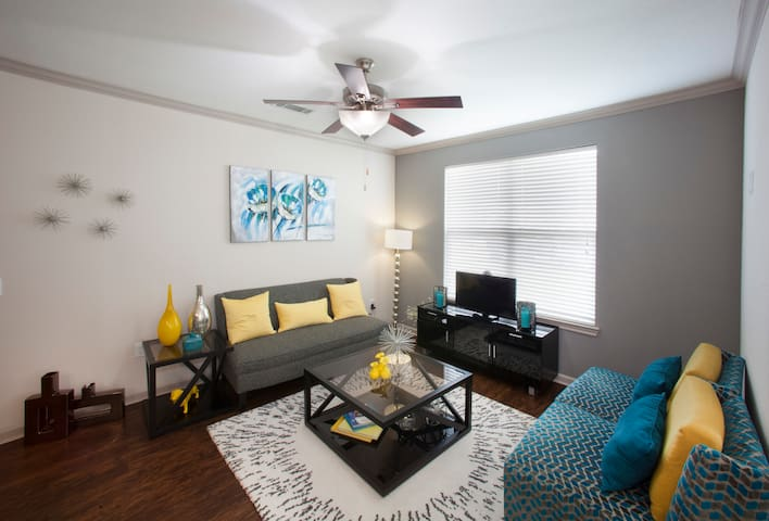 Upscale 1BR w/pool and desk in Katy