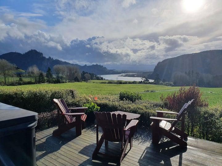 Peaceful lakeside rural getaway