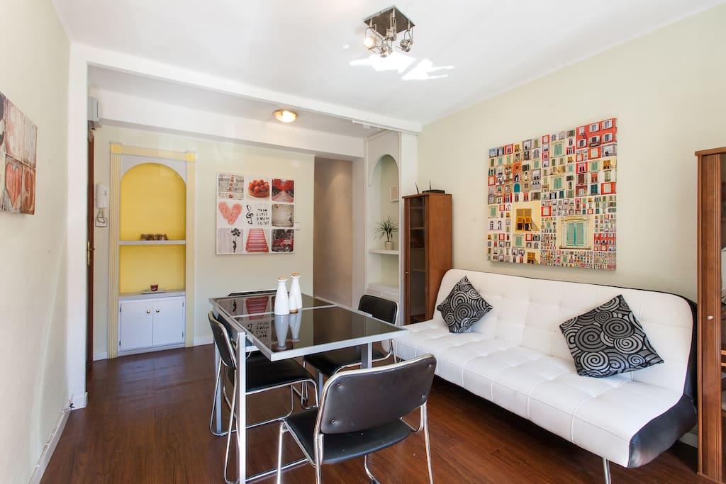 Salón comedor con balcon / Living room  with balcony