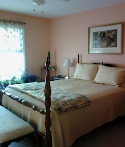 Private 2nd flr master bed& bath.   - Macedonia