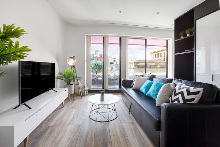 Spacious CBD apartment, perfect office or retreat