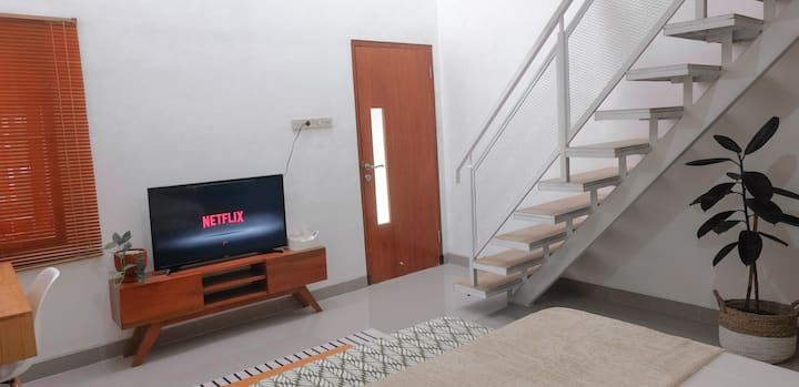 Mezzanine Room (2 km to Malioboro, WIFI &Smart TV)