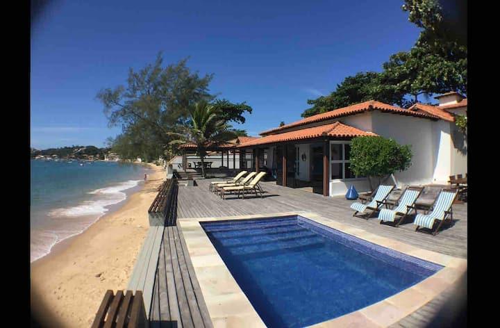 Espetacular casa sobre o mar com pé na areia .