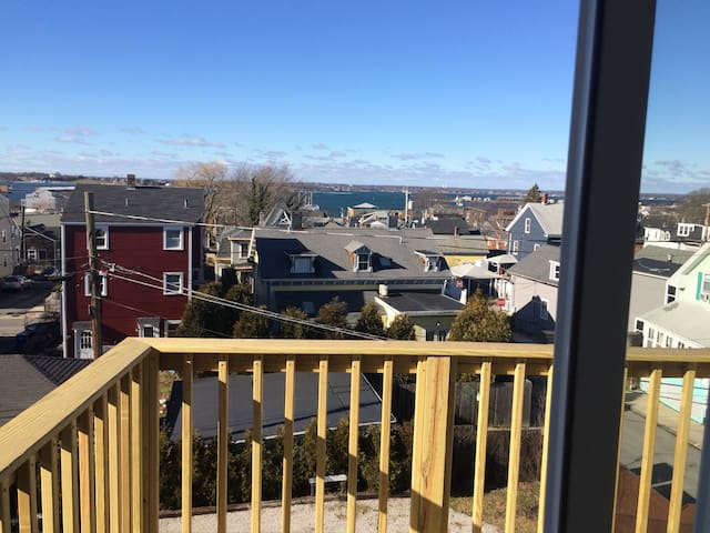 Harbor views, pvt entrance, parking - Newport - House
