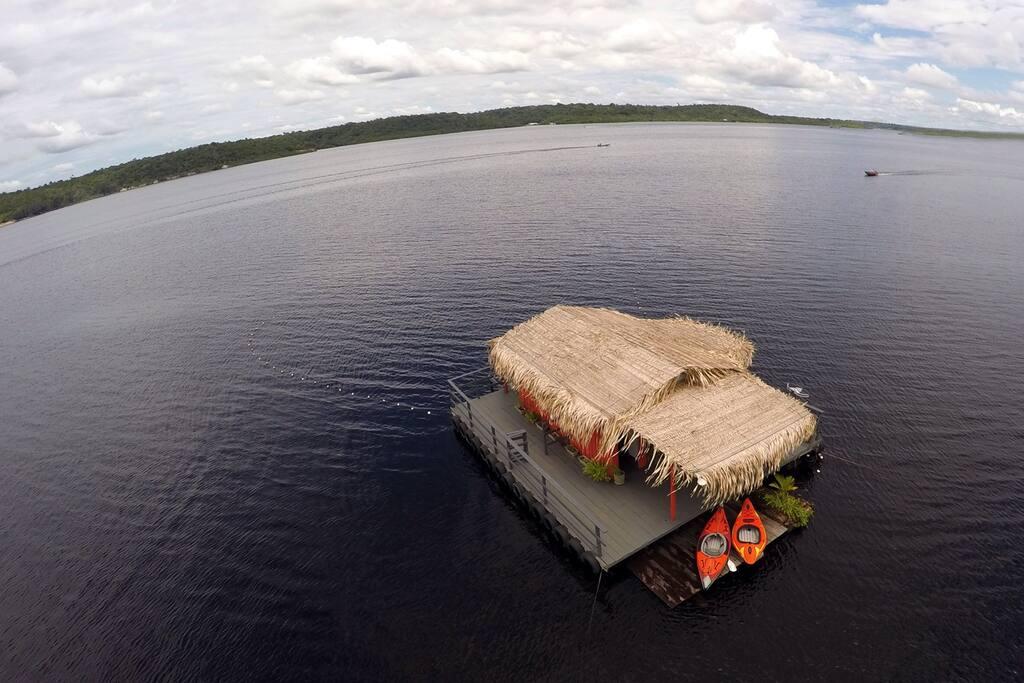 Vista aérea da casa flutuante no Rio Tarumã-Açu