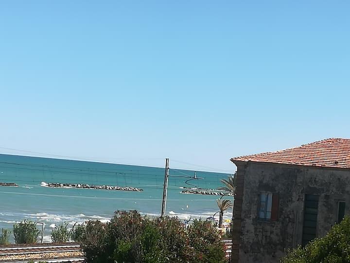 Il mare e la collina ad abbracciare il Tuo relax