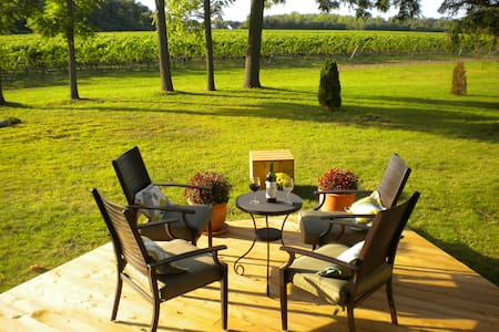 Vineyard Villa B&B - Chestnut Room - Niagara-on-the-Lake - Bed & Breakfast