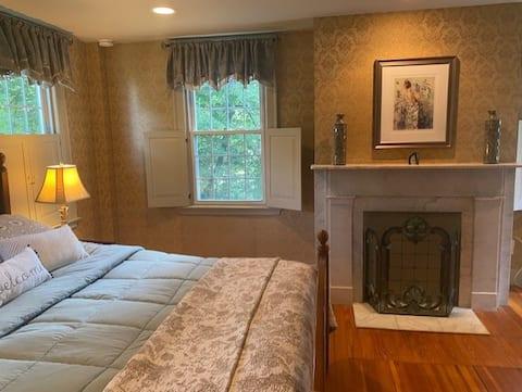 Antique1242, En-suite in 1820 home! South Suite