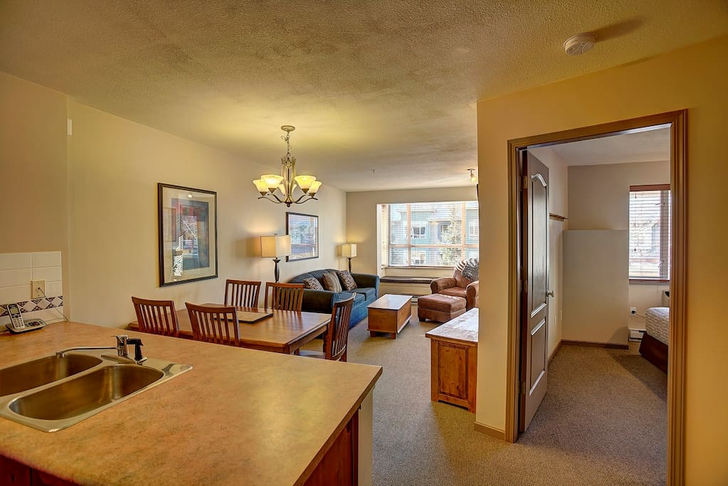 Living Area - Lot's of natural light, awesome bay window with sitting area, top floor with views!
