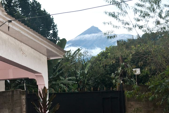 This house is on the slopes of Mount Meru and offers absolute serenity.