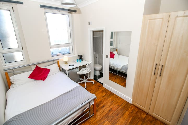 Private en-suite room near Liverpool st Brick L
