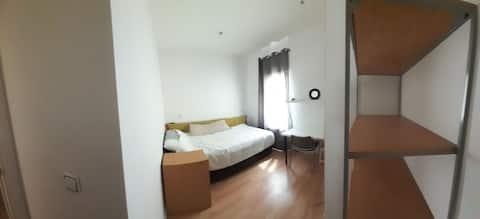 Acogedora habitacion muy creca de Madrid Central.