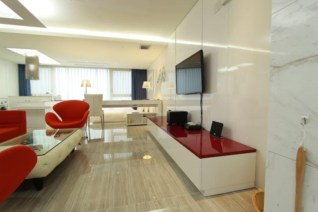 한 공간에 두개의 퀸싸이즈 침대와 쇼파, 티브,샤워룸, 화장실이 갖춰져 있습니다. 총 4인까지 이용하시기에 불편함이 없는 넉넉한 공간입니다. (실평수 20평)