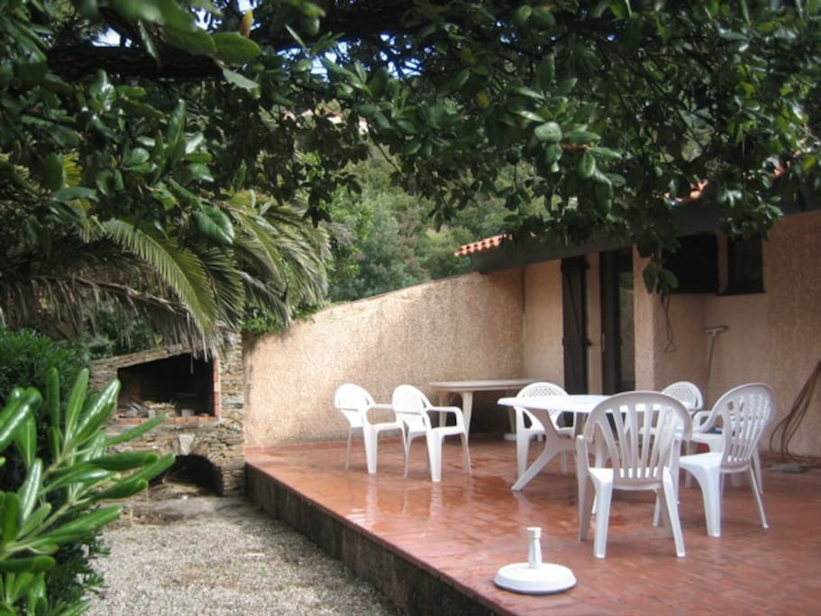 Garden (palm and oak trees) with a large terrasse, and barbecue