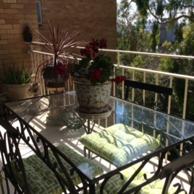 Al fresco dining, breakfasts on the verandah.