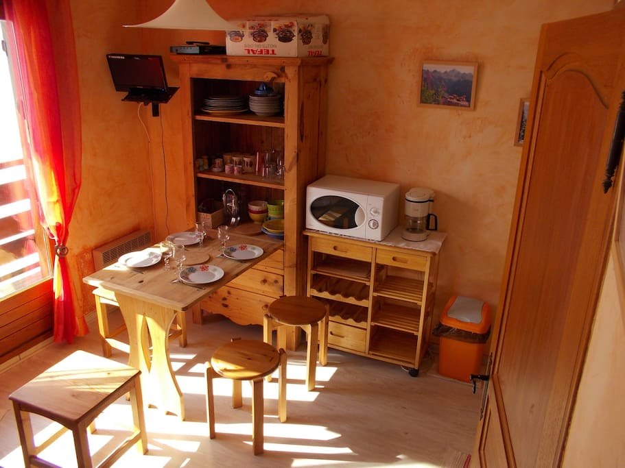 Un meuble savoyard en bois massif permet d'optimiser la place