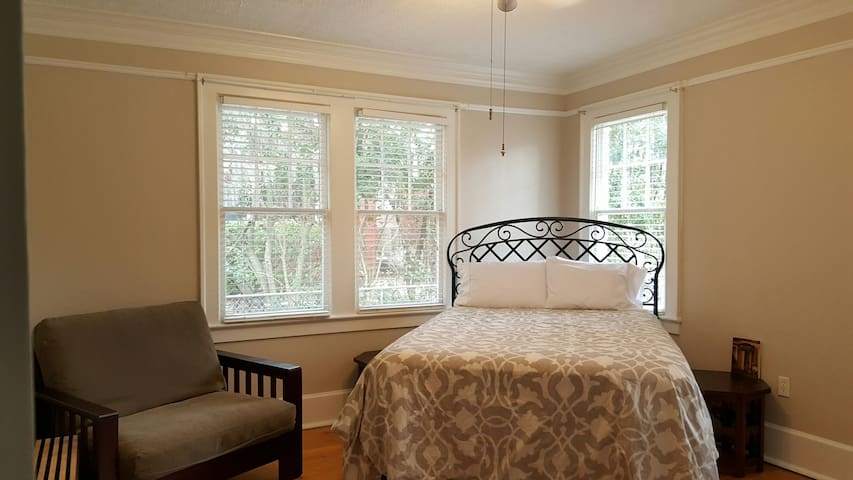 Master bedroom w/ private bath. - Savannah - Casa
