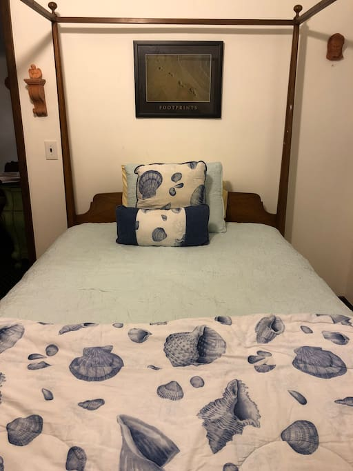 This is a Queen size bed. Very comfortable and cozy.