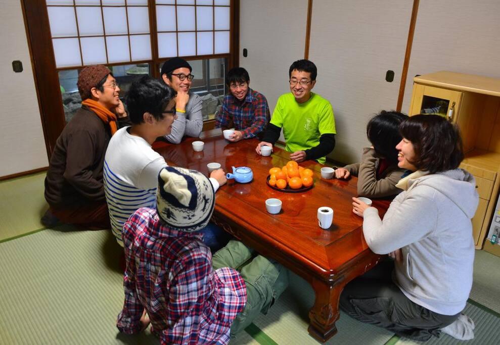日本全国、いえ世界各地から旅人さん達が集まり、ここが良かった、ここの名物は食べたほうが良い!などの旅談義が繰り広げられます。