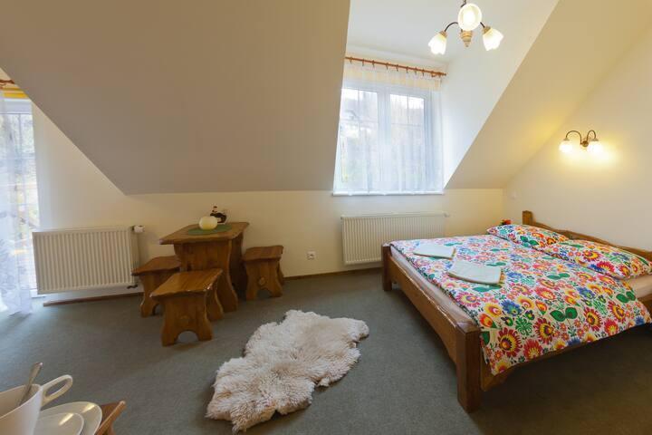 Pokój 2 osobowy z małżeńskim łóżkiem z możliwością wstawienia dodatkowego łóżka pojedynczego (sofa)