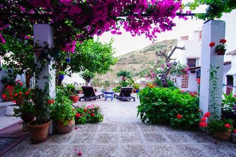 Rummelig andalusisk bondegård med have og pool.