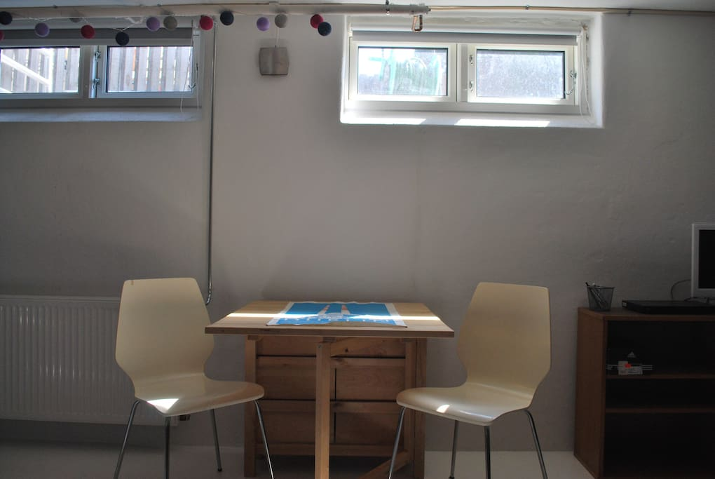 Spisebordet - kan slås ud så det bliver plads til fire personer