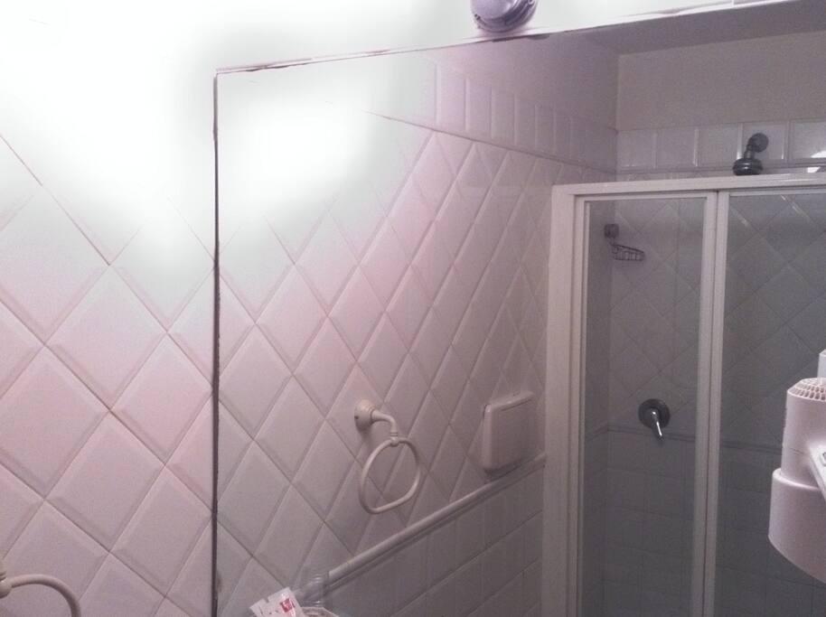 bagno con la doccia e asciugacapelli