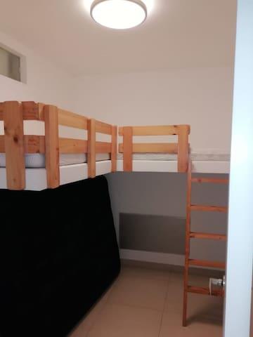 Habitación pequeña sin baño. Camarote en L para niños. Ubicada en el primer piso.