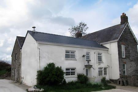 Quiet farmhouse on a working farm - Cardigan