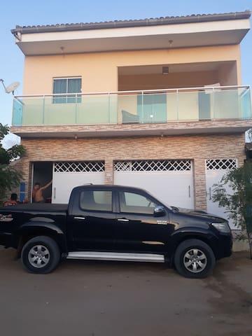 Casa com 2 quartos, valor por quarto 100 reais.