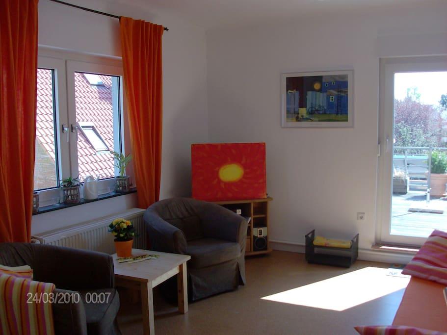 gemütliches, modern eingerichtetes  Wohnzimmer mit direktem Zugang zur Dachterrasse