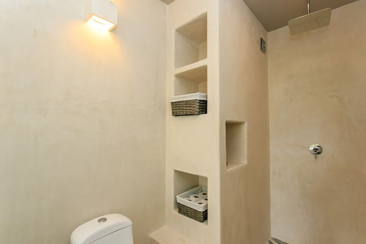 2 Ensuite Bathrooms with Large Showers: Hot showers every morning for everyone with cascading shower heads