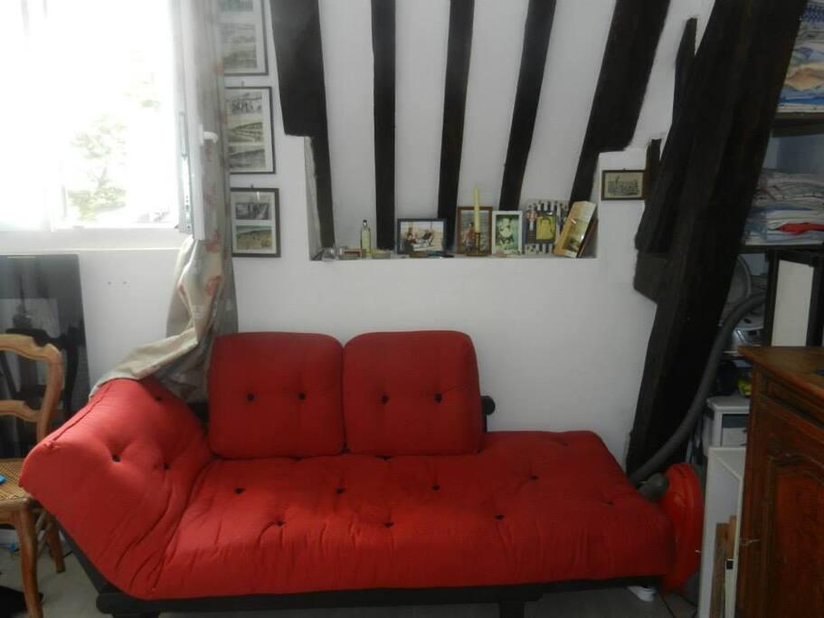 La canapé lit de la première pièce.