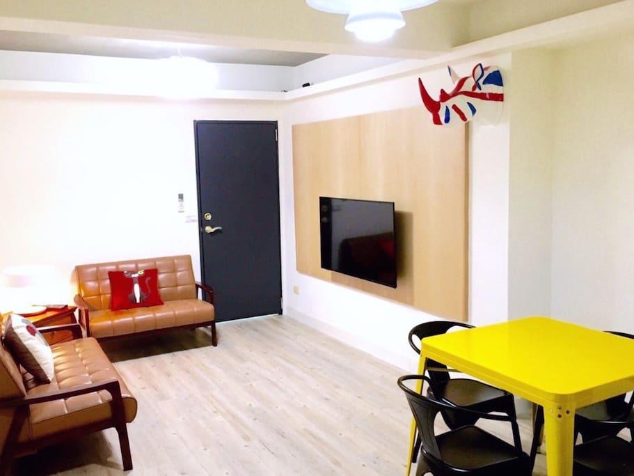 寬敞的客廳與餐廳(沙發已換)
