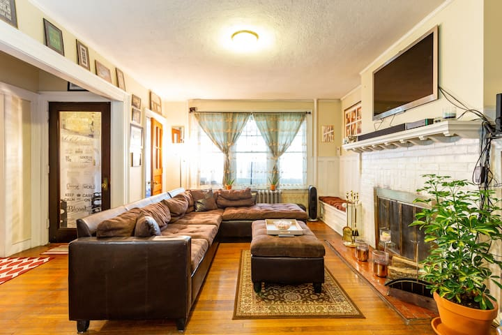 Private Room in Hartford's Historic West End!