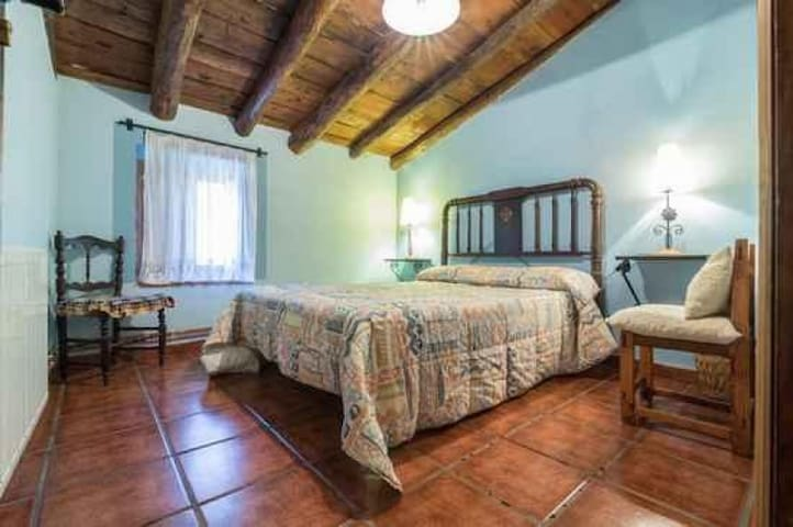 Casa Rural dos plazas con comedor cocina baño Casa Noguericas 3