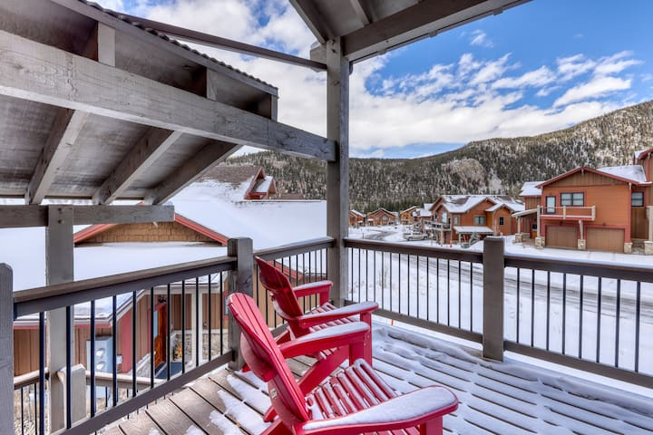 Beautiful townhome w/private grill, balcony hot tub & views. Close to slopes!