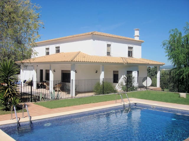 Beautiful family country villa, heated gated pool!