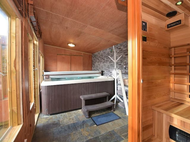Hot tub and sauna in the summerhouse