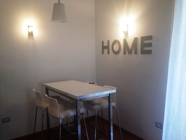 Sofabed in a cozy&sunny apt - GIRLS ONLY - Rome - Appartement