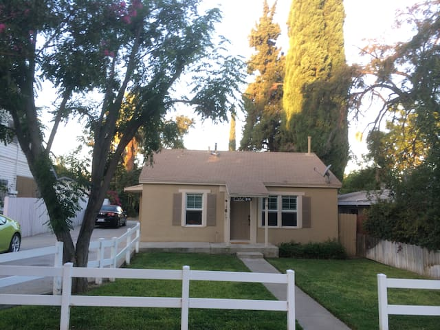 Large 1 bedroom, 2 bath home by downtown Redlands